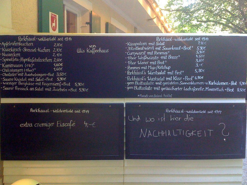 """Nachhaltigkeit in Restaurants anhand einer Speisekarte mit Aufschrift """"Und wo ist hier die Nachhaltigkeit?"""""""